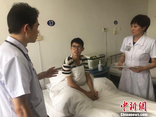 中南大学湘雅医院专家来到邹勇松的病房为他进行初步诊断。 刘着之 摄