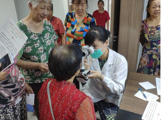 梅荆二社区居委邀请专家为老人眼科义诊