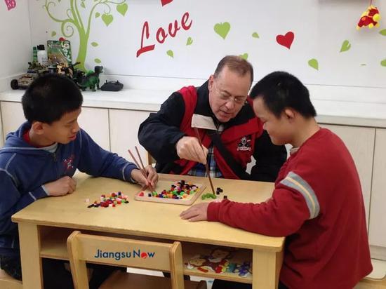 ▲▼唐磊参与志愿者活动(王晶枫友情供图)