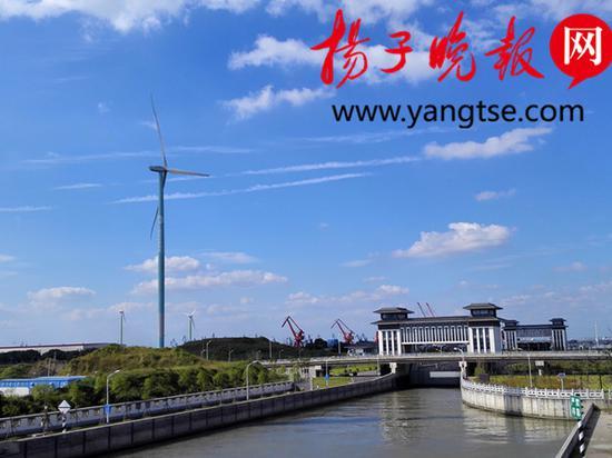 """竖立在长江边上的巨型""""智能风机""""。张建波 摄"""