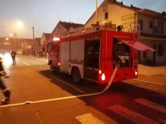 无锡影视基地专职消防队铺设水带实施灭火救援