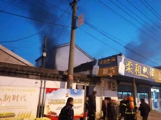 滨湖区大浮南村一居民家中突发火灾,浓烟滚滚