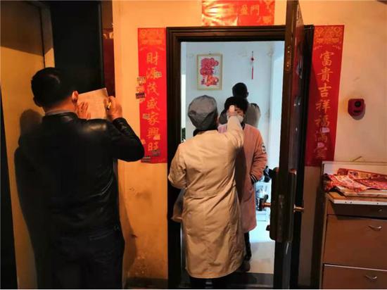梅村街道卫生服务中心工作人员上门排查并作心理疏导
