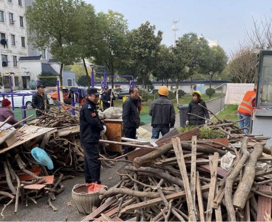 梅荆三社区党总支部开展小区环境和安全隐患整治活动