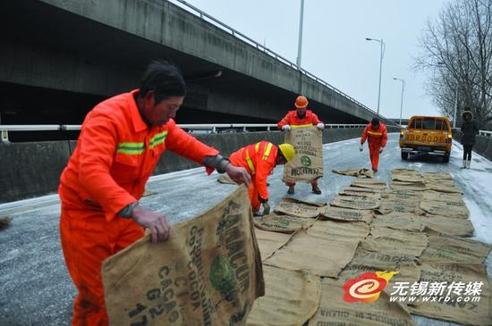 市政工人通宵除冰 力保高架桥梁通畅