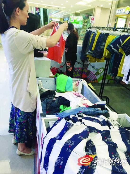 儿童节临近,不少家长开始为孩子挑选礼物,服装、玩具成为热销商品。商报记者朱洁/摄