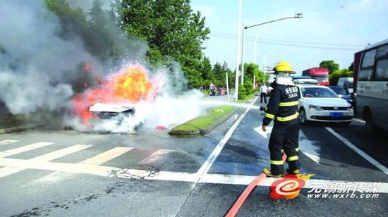 无锡一小轿车突起火
