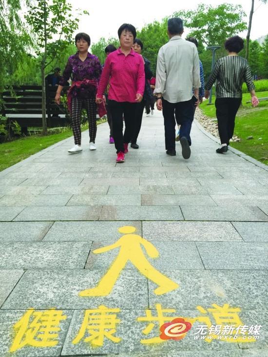 金城湾健康步道昨启用 风景里锻炼身体