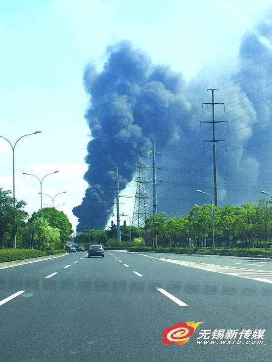 新吴区工厂突发大火 85名消防员2小时灭火