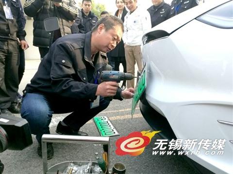 昨天新能源汽车号牌首发 71辆新能源汽车办理 绿牌高清图片