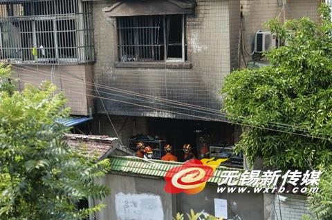 昨工作人员在火灾事故现场忙碌。