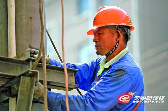 无锡供电公司员工在电子家舍小区内更换重载设备。