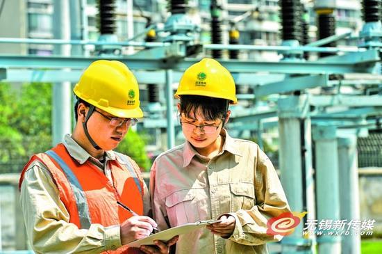 无锡供电公司员工在110千伏鸿桥变电站开展设备巡视。