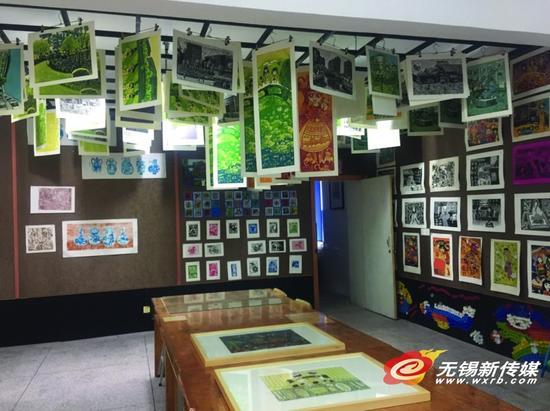 版画社团教学室挂着几十幅作品。