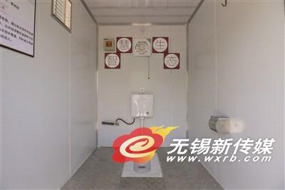 这种厕所,只需要在使用之初注满一箱水用于冲厕所,通过将冲厕所的水进行处理,得到的再生水又回到原来的这一箱水中,便可以实现这一箱水的循环使用。据介绍,厕所的内部装潢,可以根据市场需要呈现各种规格档次。