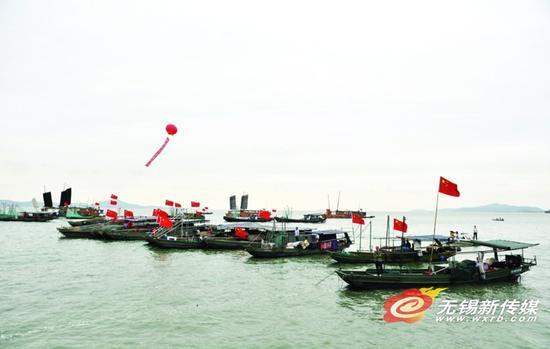 开捕仪式上整装待发的渔船。