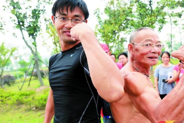 """江阴市璜土镇组织水上桨板活动 健身""""老顽童""""秀肌肉"""