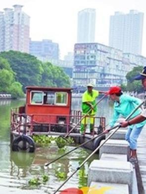 环保志愿者用长杆捞网清理古运河垃圾