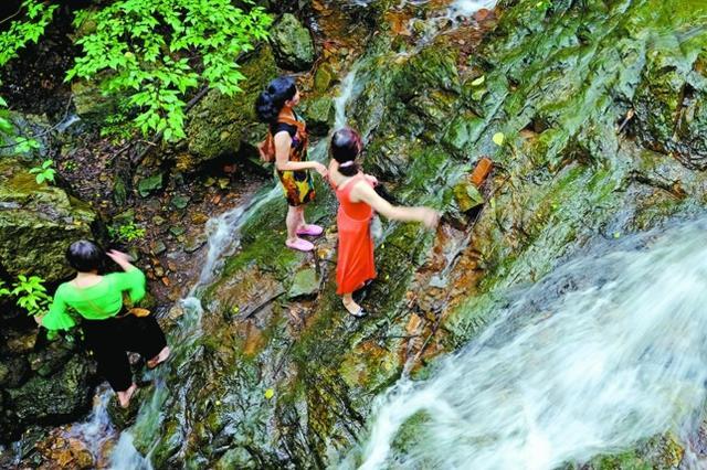 黄公涧再现泉水叮咚景象 吸引大批市民玩水拍照