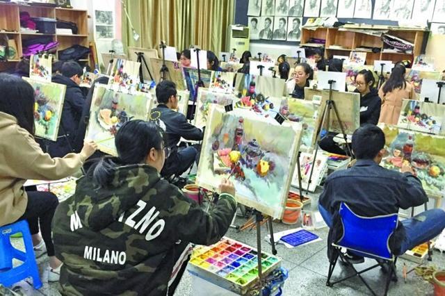 500名美术达人赛画技 全市中学生绘画大赛参赛人数逐年增加