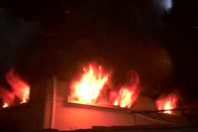 车库凌晨突起火  30多辆电瓶车被烧毁