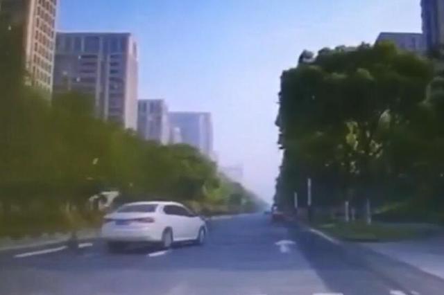 小学生过斑马线被撞飞 行车记录仪拍下惊险一幕