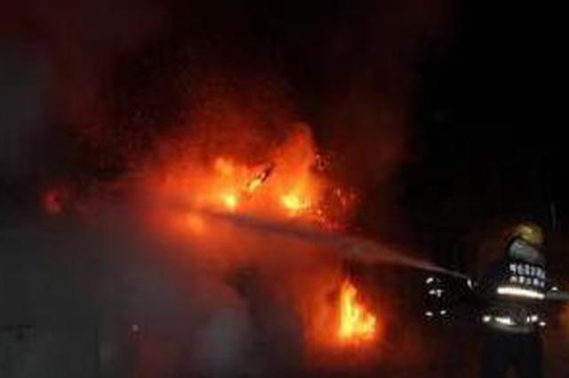 深夜民房车库起火 里面竟有38个煤气罐