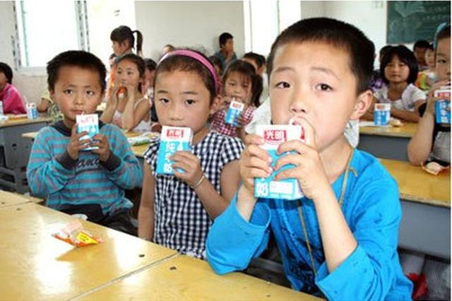 学生牛奶疑存安全隐患 安徽萧县要求班主任先试喝