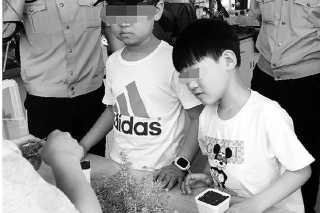 被爸爸砍了76刀后,顽强男孩重新回到学校