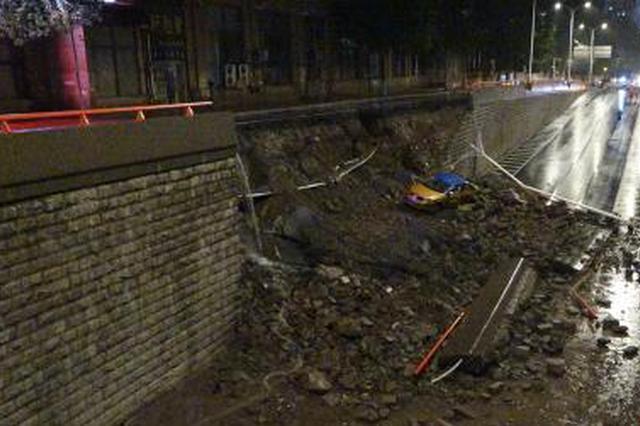 哈尔滨一地道桥挡墙滑塌致出租车滑落 驾驶员受轻伤