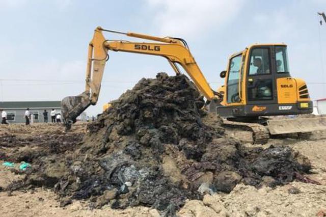江苏泰州数万吨化工废料非法填埋长江边 整改敷衍了事