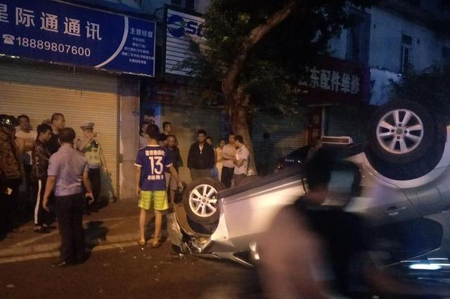 狱警涉嫌酒驾撞翻夜宵摊致5伤 警方:已对其控制
