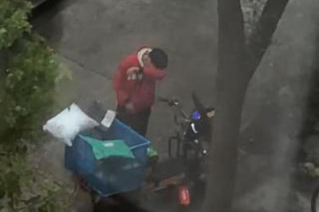 快递小哥因快递被偷雨中暴哭?上海警方:系个人推断