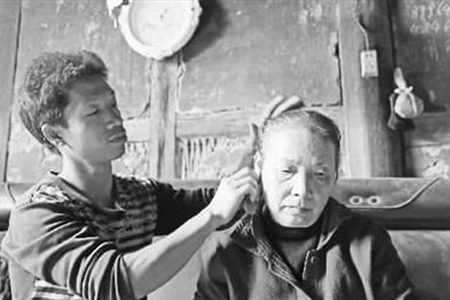 80后农民工背着瘫痪母亲打工15年 至今没有成家
