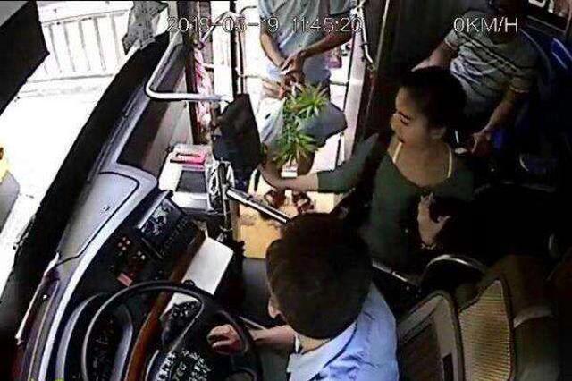 """小偷车上""""伸黑手"""" 公交司机""""一声吼"""""""