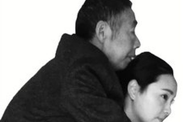 公公患上渐冻症 85后儿媳每周背他去打针