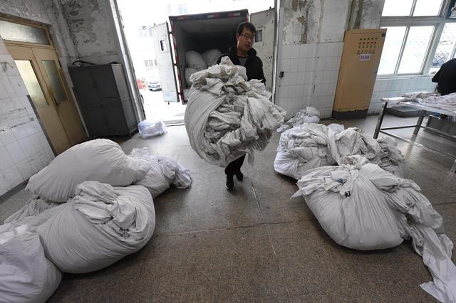 """每天4万多件 火车上的卧具是这样被""""卫生检查""""的"""