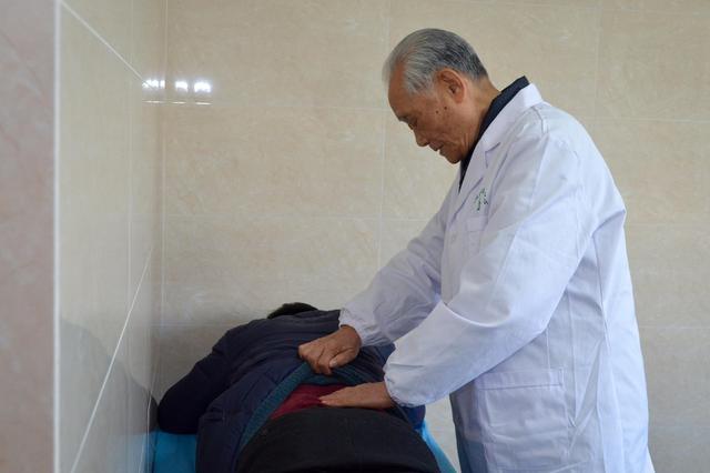 """情牵家乡发挥余热! 92岁""""国宝级""""医学专家回乡坐诊"""
