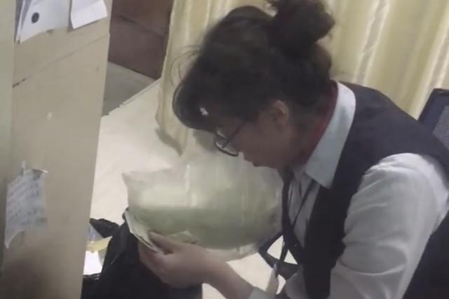 急诊挂号员忙着找零钱拒绝挂号 医院:开除涉事员工