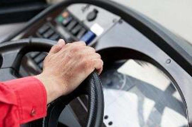 邵阳一女乘客未能及时下车竟向公交车司机泼热水 已被批捕