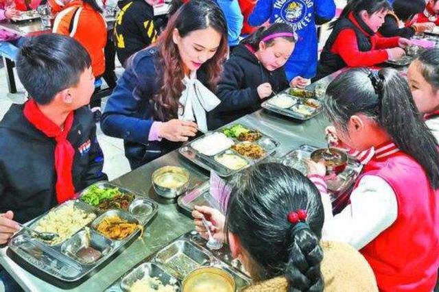 """""""陪餐制""""新规4月1日起施行 孩子和校长共进午餐"""