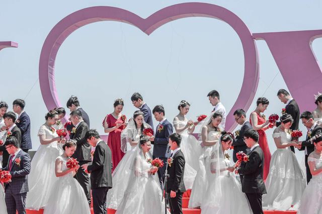 """""""520""""甜蜜暴击!锡山区为32对职工新人举办集体婚礼"""