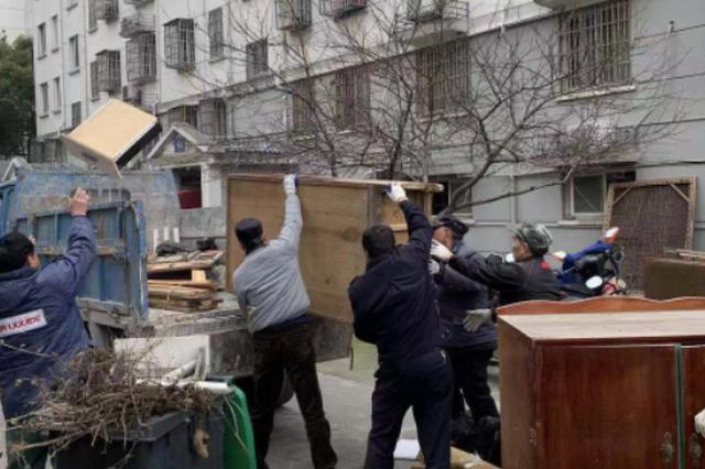 梅二社区整治非机动车库消隐患