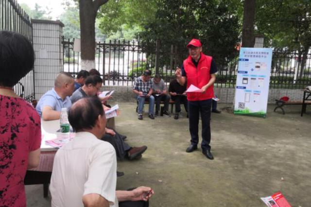 民建志愿者深入社区志愿服务