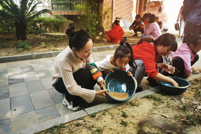 """梅村街道组织开展""""节约粮食 从我做起""""舂米体验活动"""