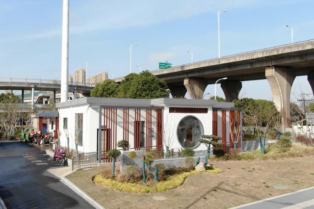 """关注公厕提质改造 打开城市文明""""方便""""之门"""