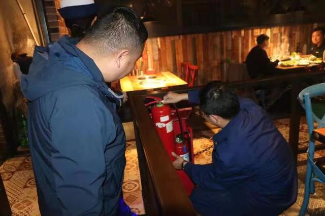 梅村街道安全监管科夜查消防安全