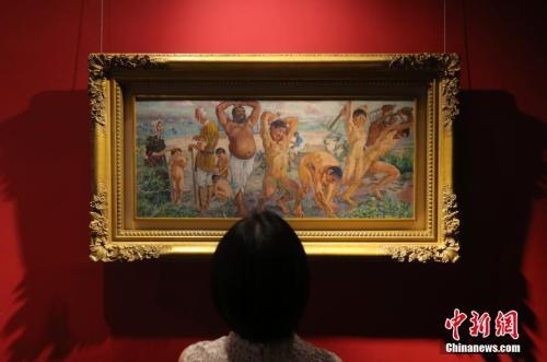 6月8日,一名媒体记者观看徐悲鸿作品《愚公移山》。当日,中国嘉德向媒体介绍春拍情况,本季拍卖共推出各艺术门类6600余件拍品。 中新社记者 杨可佳 摄