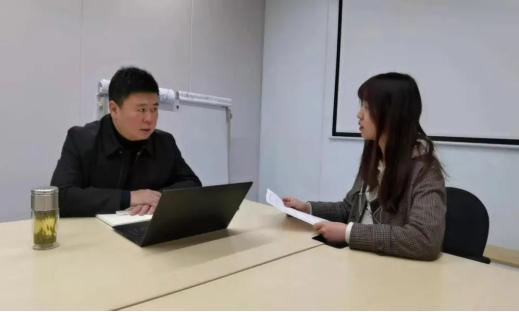 团队成员采访实体企业负责人