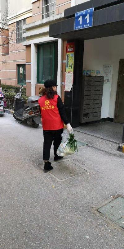 香梅二社区青年党员过丹萍为居家观察家庭派送物资